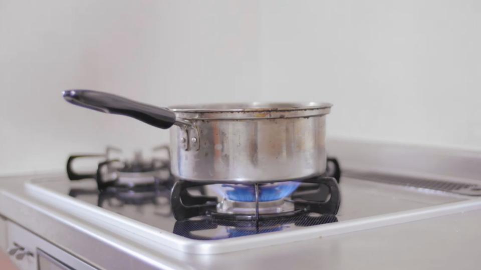 ASMR動画:鍋を火にかける